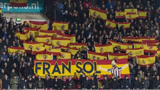 banderas-espanolas-como-homenaje-de-la-aficion-del-willem-ii-a-fran-sol